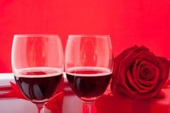 Ajuste del ` s de la tarjeta del día de San Valentín del St con el actual y rojo vino Foto de archivo libre de regalías