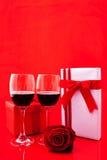 Ajuste del ` s de la tarjeta del día de San Valentín del St con el actual y rojo vino Imagen de archivo