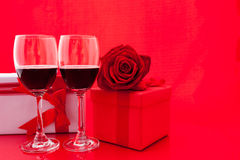 Ajuste del ` s de la tarjeta del día de San Valentín del St con el actual y rojo vino Foto de archivo