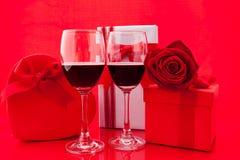 Ajuste del ` s de la tarjeta del día de San Valentín del St con el actual y rojo vino Fotos de archivo
