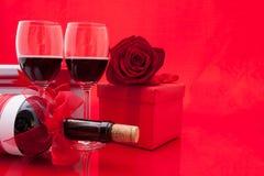 Ajuste del ` s de la tarjeta del día de San Valentín del St con el actual y rojo vino Fotografía de archivo libre de regalías