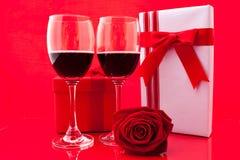 Ajuste del ` s de la tarjeta del día de San Valentín del St con el actual y rojo vino Imagenes de archivo