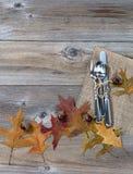 Ajuste del servicio de mesa por días de fiesta del otoño en los tableros de madera rústicos Fotos de archivo