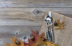 Ajuste del servicio de mesa por días de fiesta del otoño en los tableros de madera rústicos Imágenes de archivo libres de regalías