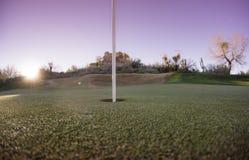 Ajuste del sol de la bandera del golf del putting green Imagen de archivo libre de regalías
