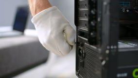 Ajuste del tornillo en caja de computadora personal de la PC por la materia del meintenance del técnico almacen de metraje de vídeo