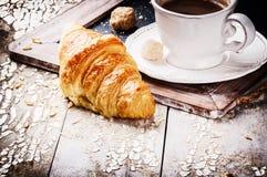 Ajuste do café da manhã com café e o croissant fresco Imagens de Stock