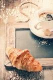 Ajuste do café da manhã com café e o croissant fresco Imagens de Stock Royalty Free