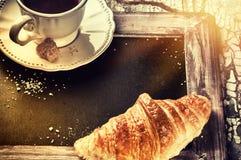 Ajuste do café da manhã com copo e croissant de café Vagabundos do conceito do menu Imagens de Stock