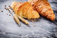 Ajuste do café da manhã com croissant frescos Foto de Stock Royalty Free