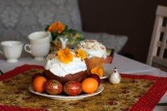 Ajuste do café da manhã ou da tabela da refeição matinal para a refeição de easter com amigos e família em torno da tabela fotos de stock
