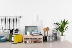 Ajuste do cookware, dos pratos, dos utensílios e do dispositivo limpos na tabela no branco foto de stock royalty free