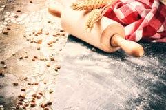 Ajuste do cozimento com o pino do rolo e o guardanapo de madeira da cozinha Imagens de Stock Royalty Free