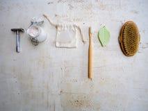 Ajuste do eco arti'culos de tocador e produtos livres amigáveis, plásticos dos cuidados médicos tais como a escova de bambu da imagens de stock