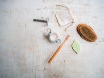 Ajuste do eco arti'culos de tocador e produtos livres amigáveis, plásticos dos cuidados médicos tais como a escova de bambu da fotos de stock