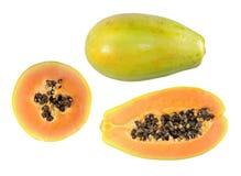 Ajuste do meio corte e dos frutos inteiros da papaia isolados no fundo branco fotos de stock royalty free
