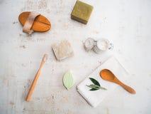 Ajuste dos arti'culos de tocador do eco e dos produtos amigáveis do banheiro tais como a escova de dentes de bambu, a escova do  fotos de stock