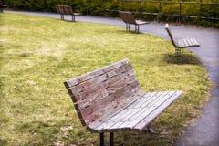 Ajuste dos bancos de parque de madeira em Highland Park Rochester, New York imagens de stock