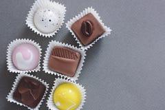Ajuste dos chocolates no fundo fotografia de stock royalty free