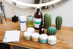 Ajuste dos frascos de creme cosméticos fotos de stock royalty free