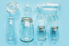 Ajuste dos frascos no fundo azul para o armazenamento e a compra zero de desperdício imagens de stock