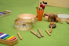 Ajuste dos instrumentos de percussão de madeira diferentes no tapete verde imagens de stock royalty free