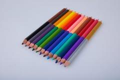 Ajuste dos lápis coloridos dobro no fundo branco imagem de stock