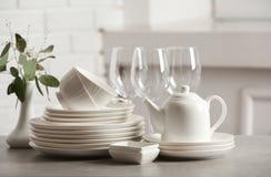Ajuste dos pratos limpos na tabela fotografia de stock