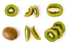 Ajuste dos quivis maduros, das metades e das partes em ângulos diferentes em um branco A vista da parte superior imagens de stock