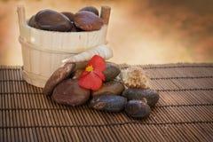 Ajuste dos termas com pedras e escudos Fotografia de Stock