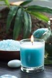 Ajuste dos termas com sal e velas de banho Foto de Stock Royalty Free