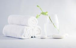 Ajuste dos termas com toalhas Fotos de Stock