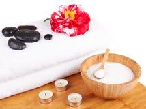 Ajuste dos termas com velas, flor da camélia, toalha, sal e pedra foto de stock