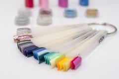 Ajuste dos testes padrões coloridos do prego no fundo branco fotos de stock