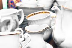 Ajuste dos utensílios de mesa brancos da vária porcelana dourada da guarnição imagens de stock