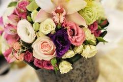 Ajuste e flores da tabela da decoração do casamento Imagens de Stock Royalty Free
