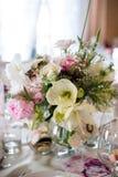Ajuste e flores da tabela da decoração do casamento Imagem de Stock