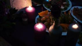 Ajuste elegante da tabela de jantar da luz de vela em video estoque