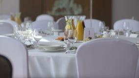 Ajuste elegante da tabela de jantar da luz de vela na recepção vídeos de arquivo
