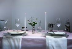 Ajuste elegante da tabela jantar romântico, vidros de vinho, flores em um vaso, vela foto de stock
