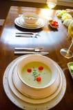 Ajuste elegante de la cena con el vino blanco y la sopa Foto de archivo libre de regalías