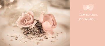 Ajuste elegante y romántico de la cena con la decoración color de rosa fotografía de archivo