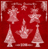 Ajuste elementos do Natal no branco do estilo da Zen-garatuja no fundo do vermelho do grunge Foto de Stock