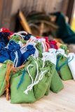 Ajuste escuro verde de serapilheira do saco - laço colorido branco azul da corda no medalheiro contrário medieval fotografia de stock royalty free
