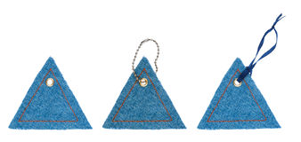 Ajuste etiquetas de brim sob a forma dos triângulos com rebites do metal Fotografia de Stock Royalty Free