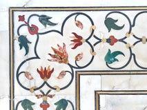 Ajuste exterior de las piedras de gema en el fondo de mármol blanco Imagenes de archivo