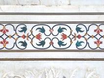 Ajuste exterior de las piedras de gema en el fondo de mármol blanco Imagen de archivo