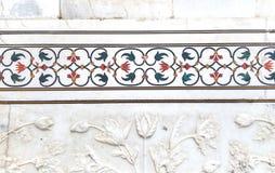 Ajuste exterior de las piedras de gema en el fondo de mármol blanco Foto de archivo libre de regalías