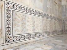 Ajuste exterior de las piedras de gema en el fondo de mármol blanco Foto de archivo
