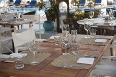 Ajuste exterior extravagante da tabela do restaurante fotografia de stock